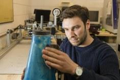 Student werkt aan prototype met fillament-winder in atelier.