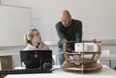Prof. Jelle Saldien geeft consult aan studente.