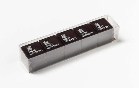 Pure chocolaatjes met het 'Ghent University' logo, ontworpen voor de UGent door Cacaolab.