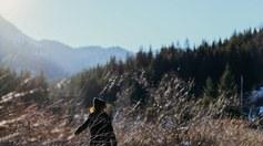 Meisje in berglandschap