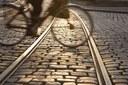 Fietser kruist tramsporen