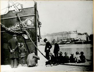 Felixarchief – Stadsarchief Antwerpen, Willemdok, kinderen naast een vissersboot, Antwerpen 1880 (vergrote weergave)