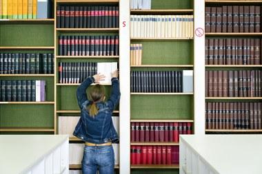 Onderzoekster in bibliotheek (vergrote weergave)