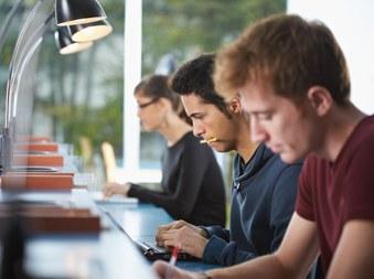 Studenten aan het werk (vergrote weergave)
