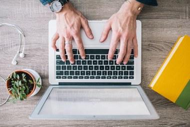 Man werkt aan computer (vergrote weergave)