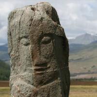 Turkse antropomorfe stele in Dzhazator (Altaj)