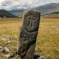 Een Turkse antropomorfe stele in de steppen van Altaj (Dzahazator)