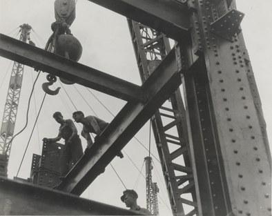 Hine, Lewis WickesOppføringen av Empire State Building.Bærebjelker og arbeidere. New York.Preus museum NMFF.003711