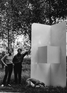 Jenny Van Driessche en Yves De Smet bij een sculptuur van De Smet, 1967