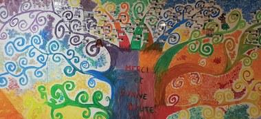 Bij het verlaten van het observatie- en oriëntatiecentrum in Neder-over-Heembeek, kan elke jongere zijn naambadge aan de takken van de boom die op de muur bij het onthaal geschilderd is nieten.  (Bart Mues, foto © Bart Mues)  (vergrote weergave)