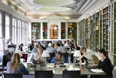 studeren in de koepelzaal (bibliotheek)