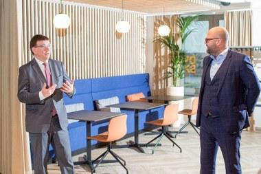Hans Maertens (gedelegeerd bestuurder Voka) & prof. dr. Wouter Duyck (promotor Leerstoel Voka Studieoriëntering) (vergrote weergave)
