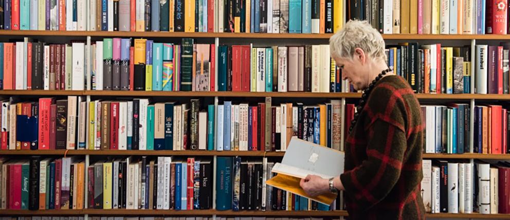 Christa Plaisier en haar boekencollectie