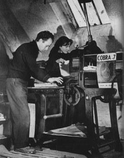 Pierre en Micky Alechinsky aan de lithografiepers van de Ateliers du Marais© Serge Vandercam, 1950