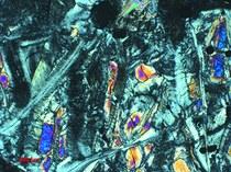 Het mineraal serpentijn door een petrografische microscoop