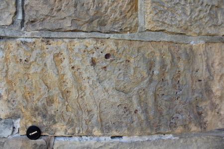 Natuursteen vertelt wat over het kunsthistorische luik van een gebouw, maar is ook een bron van informatie over zijn historische omgeving. Conserverende behandeling vertrekken van een fundamentele kennis van materiaal-gesteente interacties. De steen uit Bad Bentheim (Duitsland) is dezelfde als het microscopische beeld in de andere figuur